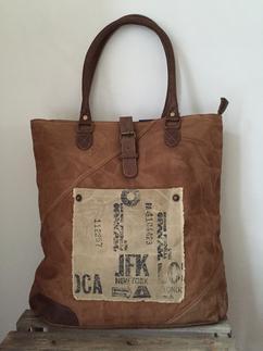 87df7ebe3b5 Carnvas tas met lederen hengsels van Colmore by Diga pinlake lodge sluit  met rits en gesp