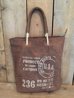 0d54939257c Stoere tas van het bekende merk Diga Colmore. De is gemaakt van canvas met  leren
