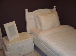 oud bed en oude bruinen koffers wit geschilderd zo gedaan maar leuk effect