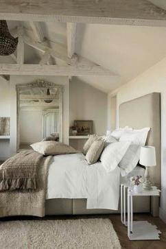 stijlvolle landelijke slaapkamer met veel accessoires mooie kussens