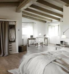 https://cdn1.welke.nl/cache/resize/242/auto/photo/41/28/93/Grote-landelijke-slaapkamer-met-veel-ruimte-Schuin-plafond-met-houten.1451993937-van-Marington-nl.jpeg
