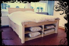 Wit bed tweepersoonsbed met royale bergruimte