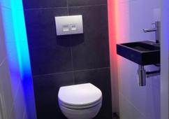 Closeup flush toilet of water closet in schoon toilet blauwe