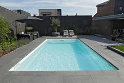 Eenzame bejaarde bouwt zwembad in tuin zodat hele buurt op koel