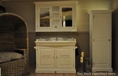 Badkamer spiegel met houten lijst binnen spiegel in badkamer