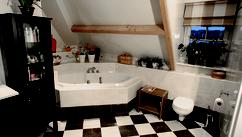 Functionele badkamer met klassieke tegels deze luxe badkamer beschikt over een inloopdouche en - Functionele badkamer ...