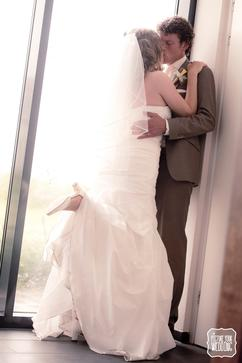 7cea0704d011fe Picture Your Wedding  bruiloft  trouwdag  fotografie  raam  schoen
