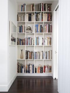 https://cdn4.welke.nl/cache/resize/242/auto/photo/90/74/7/Leuk-en-handig-idee-voor-in-de-gang-een-ingebouwde-boekenkast.1381423903-van-suuuzann.jpeg