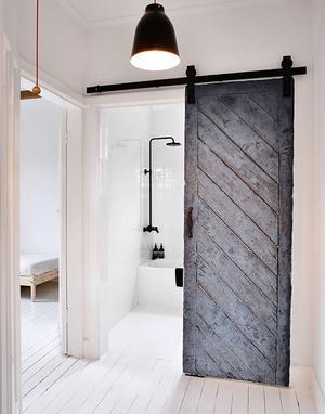 industriële badkamer met een stoere deur. Foto geplaatst door ...