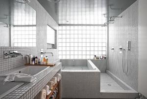 Bijzondere inrichting van de badkamer met een smalle douchegoot ...