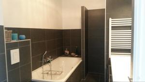 Door de badkamer niet tot helemaal boven te betegelen en door de ...