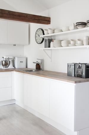 Witte keuken met houten aanrechtblad; keukenplanken, mooie styling ...