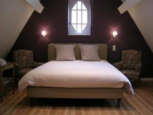 Aubergine kleuren geven een romantische look aan de slaapkamer. Foto ...
