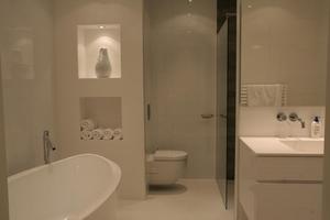 Welke Gietvloer Badkamer : Badkamer met gietvloer en een muur met nis. foto geplaatst door