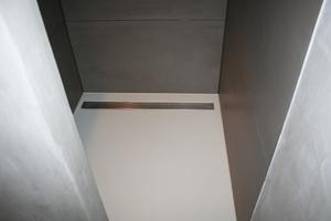 Een PU gietvloer is ideaal in een douche. Zorg voor een goed afschot ...
