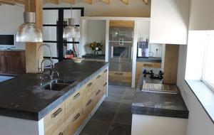 Houten koak design keuken met ikea kasten dik betonnen blad van