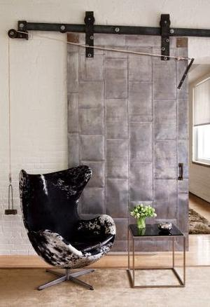 Industriële schuifdeur - industrieel interieur - woonkamer. Foto ...