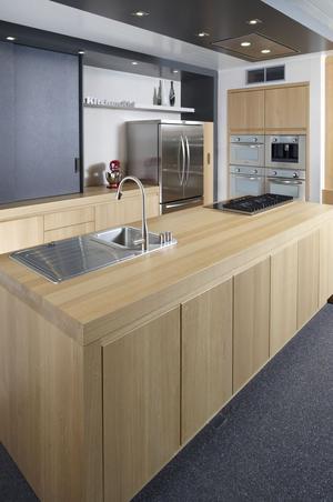 Moderne houten keuken met rvs accenten. deze prachtige keuken ...