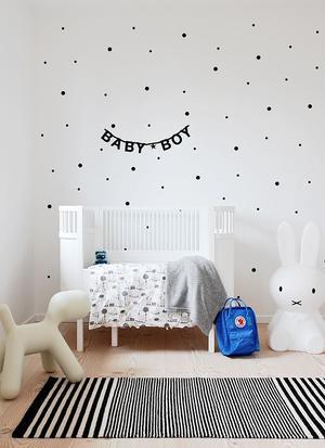 Ongekend Mooi wit ledikantje babykamer. Witte muur met zwarte stippen IR-04
