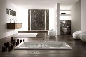 Een prachtige strakke badkamer met ingebouwd bad en een dubbele ...