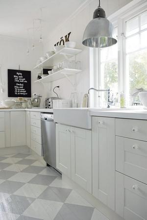 Witte keuken met grijs/wit geschilderde houten vloer.. Foto ...