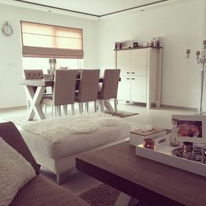 De meubels zijn van leenbakker. Het is de serie lynn.. Foto ...