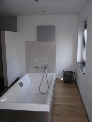 badkamer met witte stucwerk, geen tegels geen voegen. Foto geplaatst ...