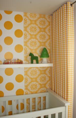 De combinatie van het behang en de gordijnen, de kleur en het ...
