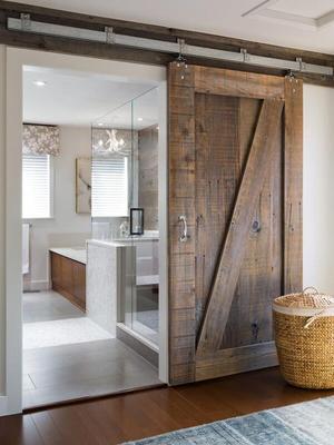 Stijlvolle badkamer met stoere schuifdeur van steigerhout en douche ...