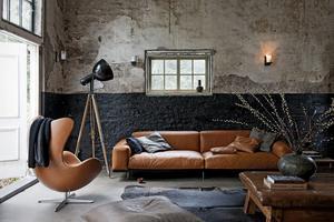 Fantastische woonkamer met mooie bruine leren bank en fauteuil ...
