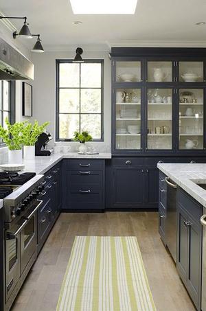 Een mooie landelijke keuken in klassiek traditioneel blauw.. foto ...
