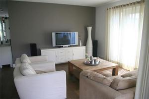 Taupe muren, witte bank/meubels. Foto geplaatst door photonook op ...