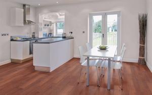 Licht jatoba houten vloer in de keuken en in de woonkamer foto