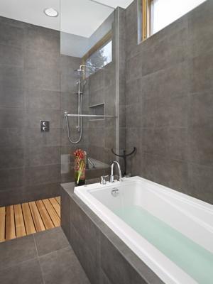 Badkamer in een combinatie van grijs, wit en hout. . Foto geplaatst ...